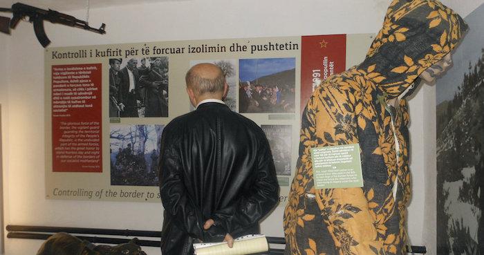 """Un túnel antinuclear secreto de la época comunista se ha convertido en Tirana en un museo que muestra los métodos de persecución y los crímenes cometidos durante la dictadura estalinista de Enver Hoxha, quien dirigió el país entre 1944 y 1985. Inaugurado el pasado fin de semana, el túnel, situado en pleno centro de Tirana, tiene una superficie de mil metros cuadrados. La """"Columna"""", como se le llamaba a este lugar durante el comunismo, fue construida en secreto durante los años 1981 y 1986 para dar cobijo a los altos cargos de la policía y del Ministerio del Interior en el caso de un eventual ataque enemigo. Este laberinto subterráneo de paredes de hormigón de más de dos metros de grosor, considerado una de las mayores obras construidas a finales del comunismo, nunca fue utilizado para el fin que se creó. EFE/Mimoza Dhima"""