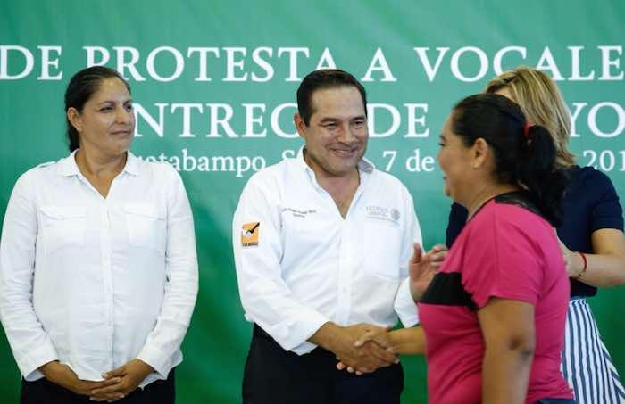 En la imagen, Miranda Nava (izq.) saluda y da un beso a una de las beneficiarias (der.) de los programas sociales en el estado de Sonora. Junto a él, la Gobernadora Claudia Pavlovich Arellano. Foto: Twitter [@LuisEMirandaN].