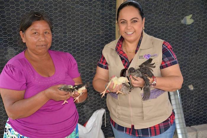 A la derecha, Ana Lilia Cerón de Chirinos. Foto: Vía Facebook