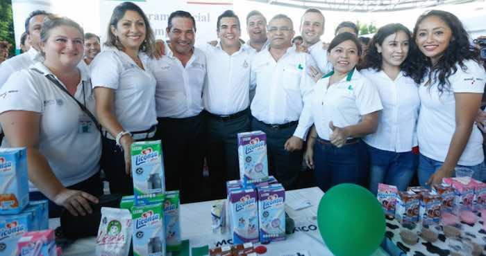 En la imagen, Miranda Nava (izq.) junto al Gobernador priista Alejandro Moreno Cárdenas (der.) durante su visita al estado de Campeche, en donde visitó la Feria de Servicios de la Sedesol. Foto: Twitter [@LuisEMirandaN].
