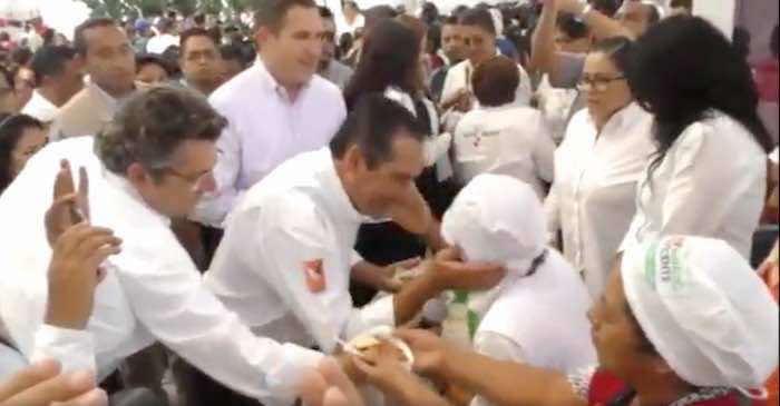En la imagen, Miranda Nava (centro) da un beso a una de las beneficiarias del Programa Prospera en Puebla. Foto: Captura de pantalla.