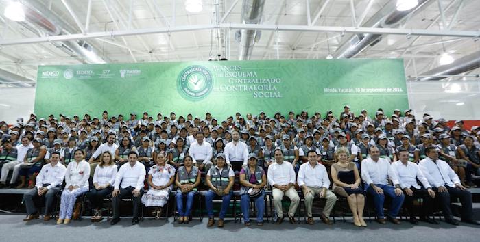 En la imagen, funcionarios federales y estatales, además de ciudadanos integrantes de los Comités de Vigilancia de Contraloría Social, durante la entrega de reconocimientos en Yucatán. Foto: Twitter [@LuisEMirandaN].