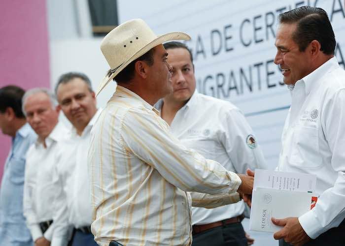 En la imagen, Miranda Nava entrega apoyos a beneficiarios de los programas de abasto de leche y 3x1 Migrantes. Foto: Sedesol.