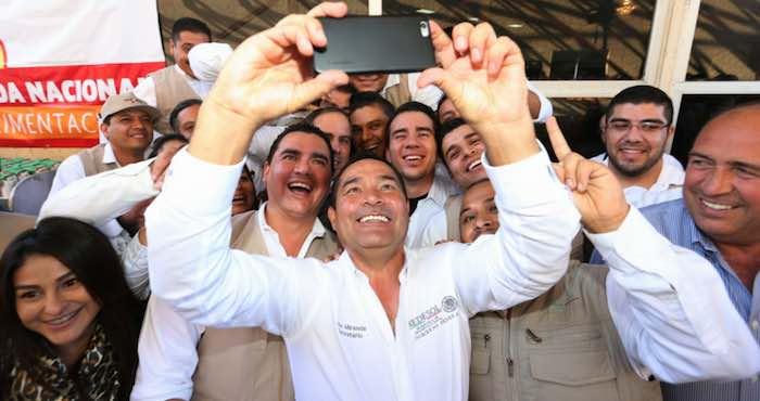 En la imagen, Miranda Nava (centro) se toma una selfie con algunos de los beneficiarios del Programa Prospera en el estado de Coahuila. A su derecha el Gobernador priista Rubén Moreira. Foto: Twitter [@LuisEMirandaN].