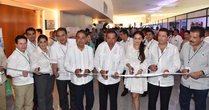 En la imagen, Miranda Nava (der.) y el Gobernador priista Héctor Astudillo Flores (izq.) durante la inauguración. Foto: Gobierno de Guerrero.