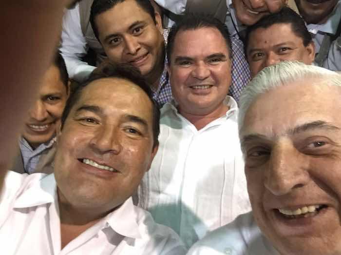En la imagen, Miranda Nava (izq.) y el Gobernador priista Arturo Núñez Jiménez (der.) durante la entrega de apoyos. Foto: Twitter [@LuisEMirandaN].