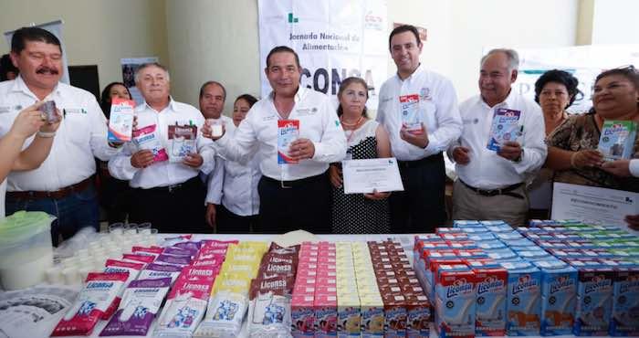 En la imagen, Miranda Nava (centro) y el Gobernador priista Alejandro Tello Cristerna (der.), durante su estancia en la entidad. Foto: Twitter [@LuisEMirandaN].