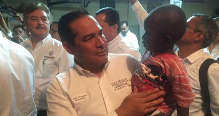 En la imagen, Miranda Nava (izq.) carga a Christophe Pierre, un niño migrante de dos años de edad. Foto: Twitter [@LuisEMirandaN].