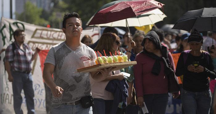 Decenas de comerciantes aprovechan para vender sus productos durante la manifestación. Foto: Cuartoscuro