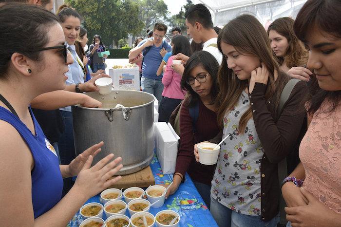 'Disco sopa'. En Ciencias Químicas se alimentó a más de 100 estudiantes gracias a mermas donadas. Foto: Vanguardia