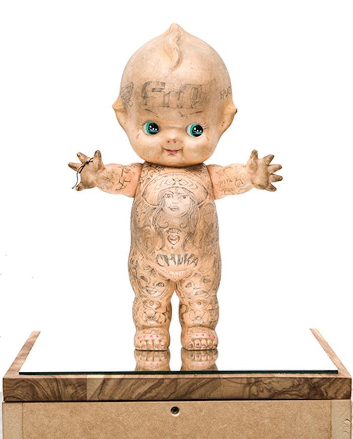 Sin título (Yokohama doll), 2007 Dr. Lakra. Tinta sobre muñeca de plástico. 31.5 x 17.8 x 6.5 cm. Colección particular