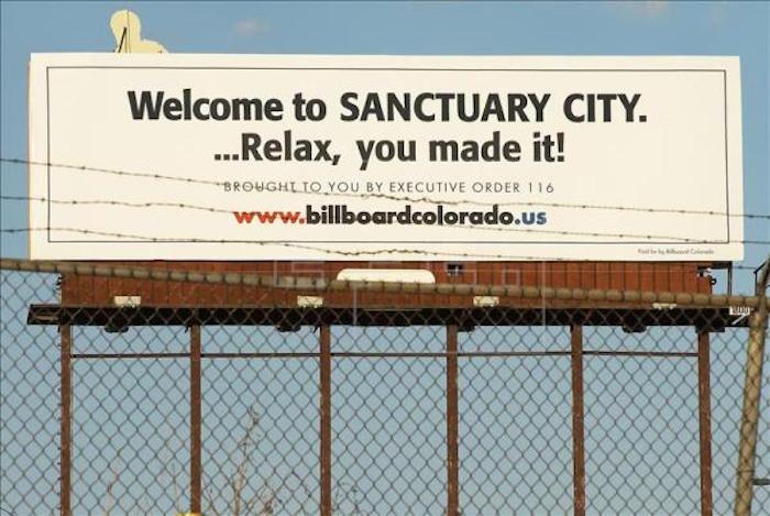 Vista de una valla publicitaria gigante con mensajes contra la inmigración ilegal a Estados Unidos. Foto: EFE