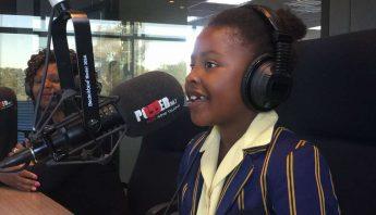 En la imagen, la escritora de 7 años de edad Michelle Nkamankeng durante una entrevista con la estación de radio POWER98.7. Foto: Twitter [@Powerfm987].