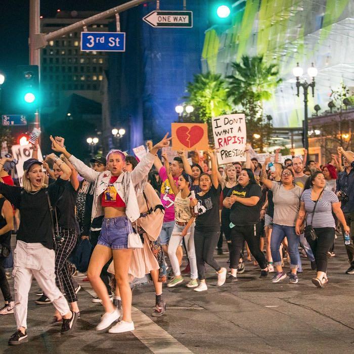 La cantante Miley Cirus salió anoche a protestar contra Trump. Foto: Twitter, @MileyBRsite