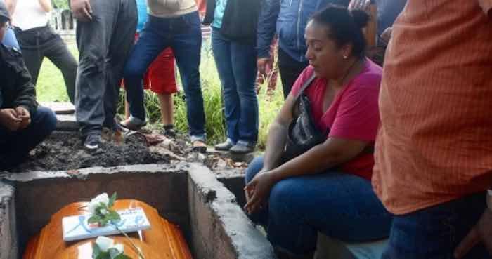 La esposa de Tamayo durante el entierro. Foto: BlogExpediente