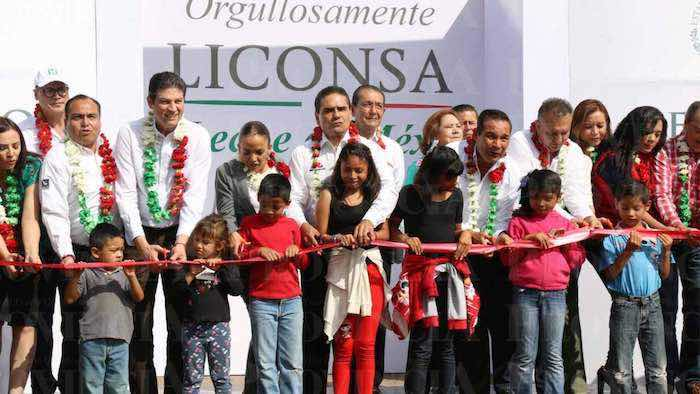 En la imagen, el Secretario Miranda Nava (der.) y el Gobernador Silvano Aureoles Conejo (centro) durante la inauguración de la lechería. Foto: periódico Provincia.