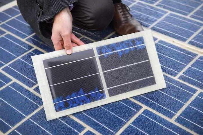 Un hombre muestra una parte de la carretera equipada con paneles solares. Foto: EFE.