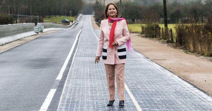 La Ministra de Medio Ambiente, Ségolène Royal, inaugura el primer tramo de carretera solar del mundo en Francia. Foto: EFE.