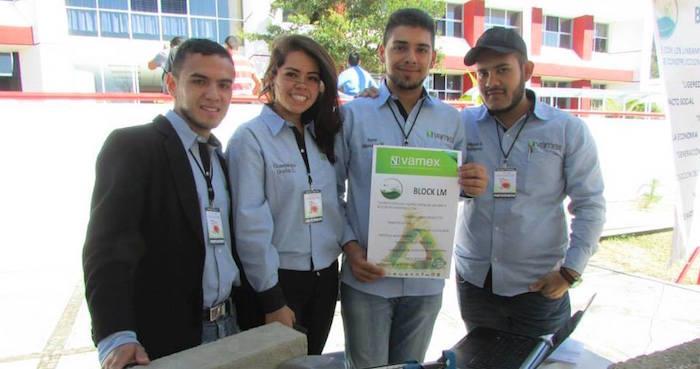 Los estudiantes creadores del tabique ecológico. Foto: Agencia Conacyt.