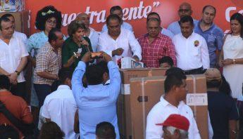 El Gobernador de Guerrero rifó pantallas, refrigeradores y otros electrodomésticos entre los de su partido. Foto: El Sur.