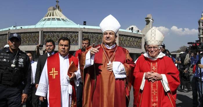 Padres de los 43 participaron en la misa que oficiaron los obispos Raúl Vera y Carlos Garfias Merlos, que se realizó en una capilla alterna, en compañía de 4 policías federales. Foto: Cuartoscuro