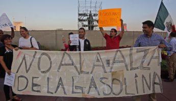 Decenas de tapatíos se congregaron para protestar por las alzas de los combustibles. Foto: Cuartoscuro.
