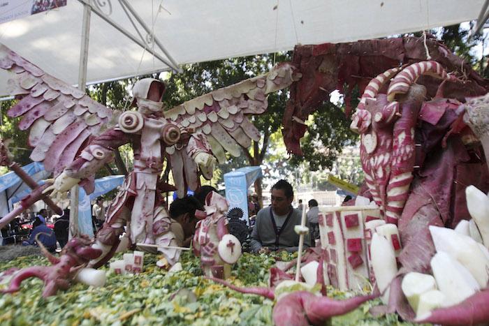 Con los tubérculos cosechados realizan diversas figuras, pasajes bíblicos, leyendas o tradiciones oaxaqueñas. Foto: Cuartoscuro