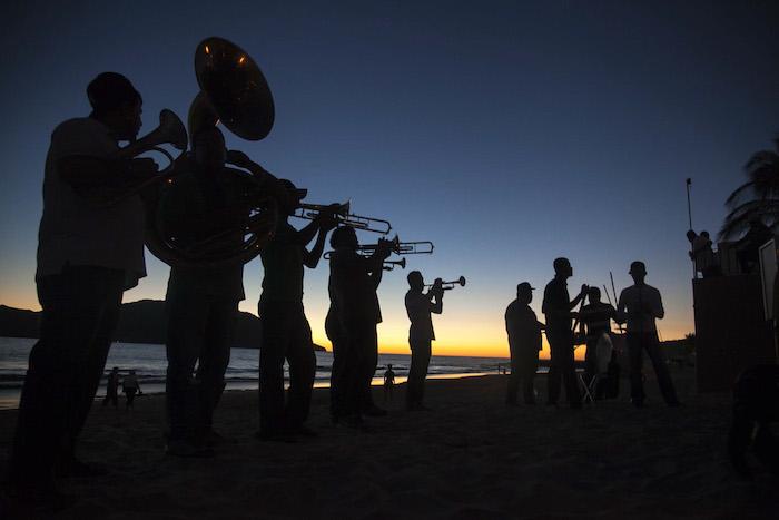 La fiesta no para en las playas de Mazatlán. Foto: Cuartoscuro
