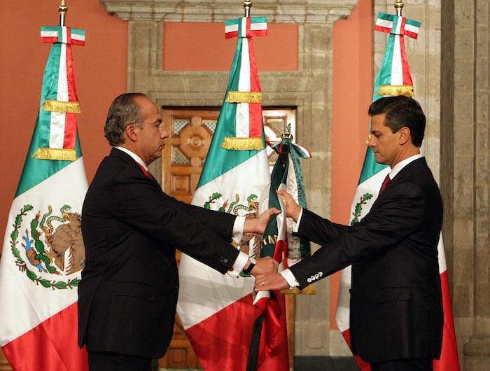 Felipe Calderon, Presidente de Mexico, le entrego el mado a Enrique Pena Nieto, en el 2012. La guerra también continuó. Foto: Cuartoscuro