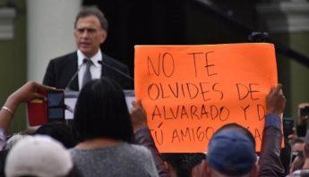 Los Yunes rojos no permanecieron en la toma de protesta del primo azul, se salieron por la puerta trasera, al no tener lugar para disfrutar el triunfo de un familiar contra 86 años de PRI en Veracruz. Foto: BlogExpediente