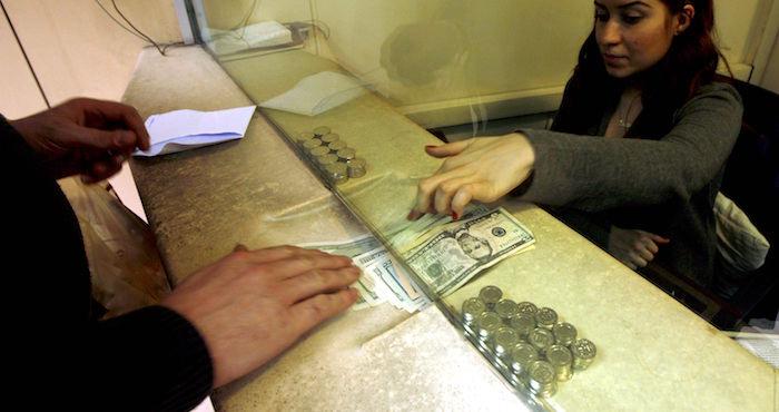 Un hombre cambia moneda en una casa de cambio en Estambul, Turquía. Foto: EFE