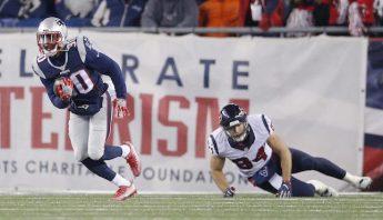 El defensa de los Patriots de Nueva Inglaterra, Duron Harmon intercepta un pase de los Texans. Foto: EFE.