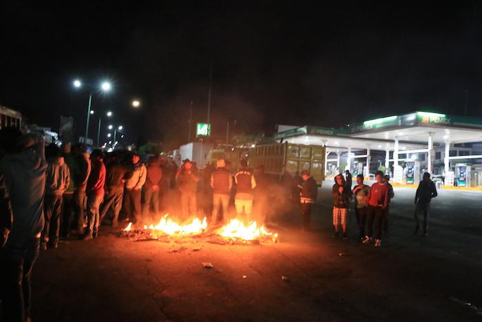 El 3 de enero, en Naucalpan incluso se instalaron barricadas para vigilar que en la zona no se realizaran saqueos. Foto: Cuartoscuro