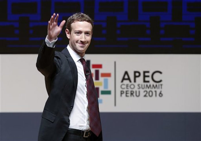 ARCHIVO - Esta foto de archivo del s·bado 19 de noviembre del 2016 muestra al presidente y director ejecutivo de Facebook, Mark Zuckerberg, saludando al p˙blico durante el foro anual de CooperaciÛn EconÛmica Pacifico-asi·tica en Lima, Per˙. Zuckerberg y otros siete multimillonarios tienen tantas pertenencias como la mitad del resto del planeta y han hecho su fortuna mayormente en el ·rea de tecnologÌa. Aunque muchos de ellos no asistir·n esta semana, del 16 de enero del 2017, a la reuniÛn anual de la elite de negocios y polÌtica en la ciudad suiza de Davos, la extraordinaria riqueza individual que representan ser· parte de las discusiones en Davos sobre desigualdad. (AP Foto/Esteban Felix, Archivo)