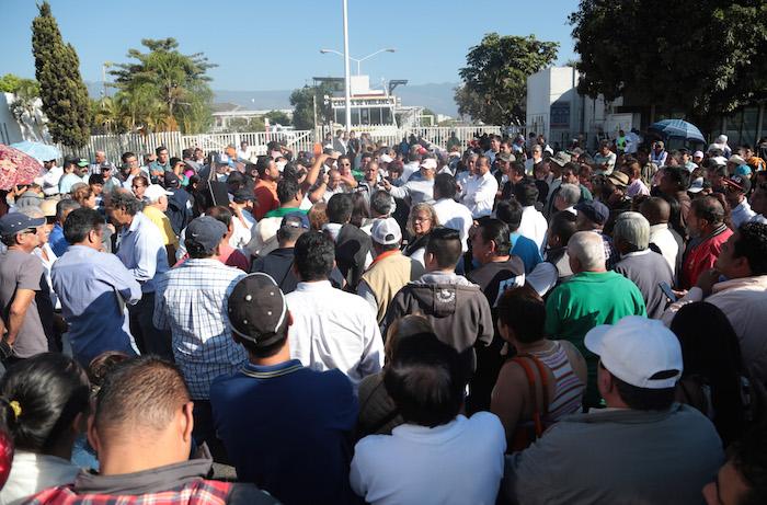 Ciudadanos y transportistas bloquearon, desde la nueve horas de la mañana, la terminal de almacenamiento y reparto que PEMEX tiene en esta ciudad. También cerraron el paseo Cuauhnahuac a esa altura por más de una hora, sin que ninguna autoridad se presentara. Foto: Cuartoscuro