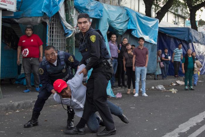 Policías detuvieron a un sujeto sobre la Calzada México-Tacuba. Foto: Cuartoscuro