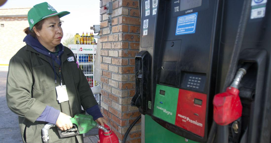 Las personas pueden llevar a cabo simples acciones para no gastar tanto combustible. Foto: Cuartoscuro