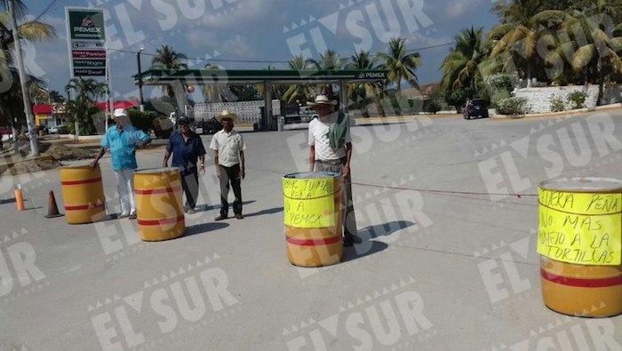 Por segundo día consecutivo, perredistas tomaron gasolineras en Guerrero. Foto: El Sur.