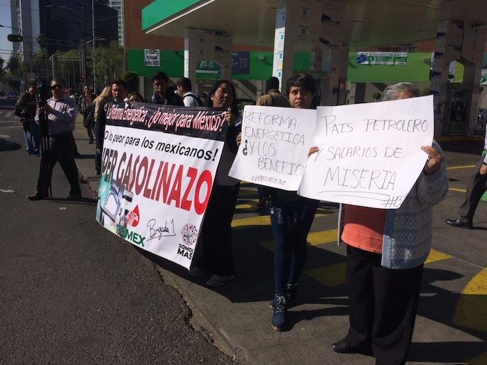 Manifestantes en la gasolinera de Hidrosina. Foto: SinEmbargo