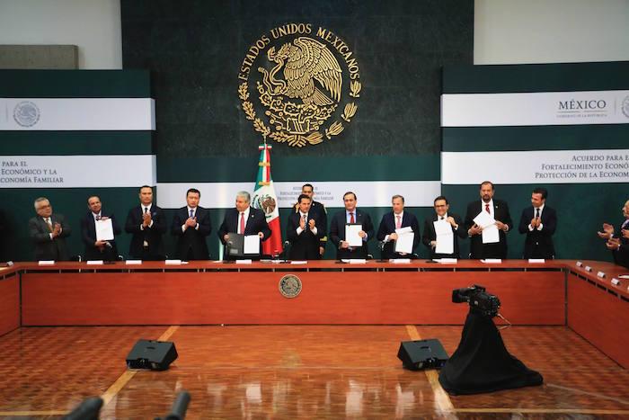 Enrique Peña Nieto acompañado de secretarios de estado y líderes del sector laboral durante la reunión y firma de acuerdo para el fortalecimiento económico y la protección de la economía familiar realizado en la residencia oficial de Los Pinos. FOTO: SAÚL LÓPEZ /CUARTOSCURO.COM