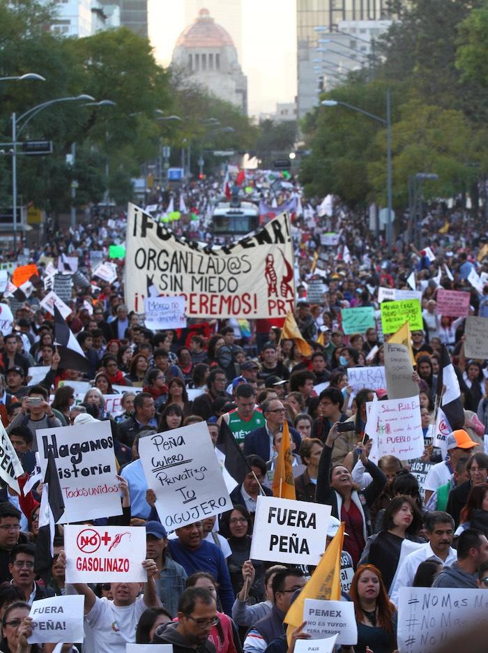 """Miles de ciudadanos se sumaron esta tarde a la movilización en contra del """"mega gasolinazo"""" en la CdMx. Foto: Cuartoscuro"""