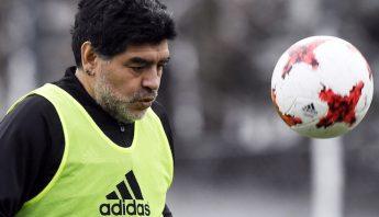 """El exfutbolista argentino Diego Armando Maradona participa en el partido amistoso que prologó la entrega esta noche de los galardones """"The Best"""" en Zúrich (Suiza) 9 de enero de 2017. Foto: EFE"""
