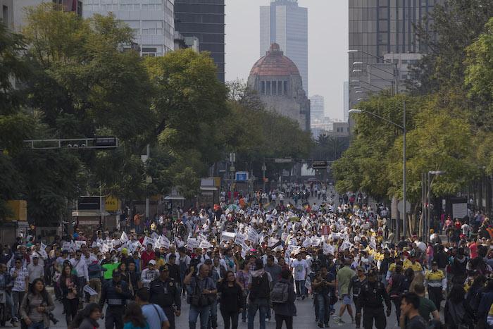 Decenas de ciudadanos, que se dijeron apartidistas, marcharon sobre Paseo de la Reforma en rechazo al aumento que sufrió la gasolina a partir de el primer minuto de este año. Foto: Cuartoscuro