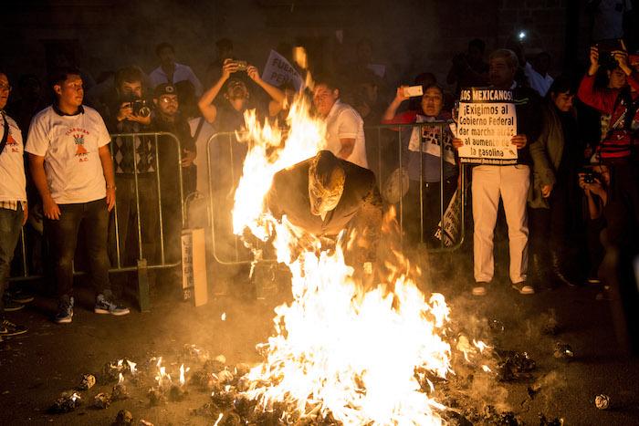Al finalizar la movilización, un grupo de manifestantes prendió fuego a una piñata de EPN. Foto: Cuartoscuro