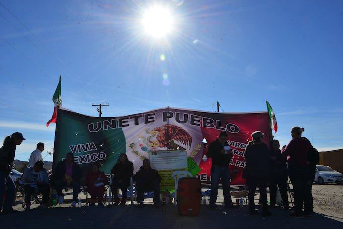 Agentes federales retiraron esta madrugada a un grupo de ciudadanos que se encontraban bloqueando desde hace seis días el acceso a la Planta de Distribución de Pemex en La Rosita. Foto: Cuartoscuro.
