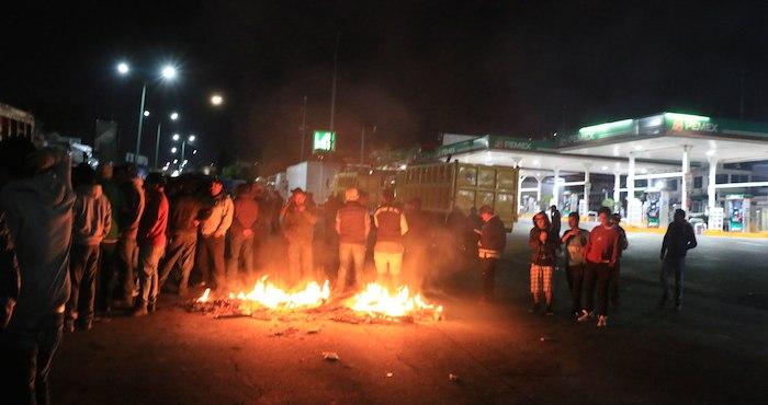 Transportistas y vecinos de la colonia Loma Linda y San Agustín en el municipio de Naucalpan realizaron barricadas en la carretera Naucalpan-Toluca, esto para vigilar que no se realicen saqueos en la zona, el bloqueo comenzó hace 48 horas y fue llevado acabó ante el rechazo a la alza del precio de la gasolina. Foto: Cuartoscuro.