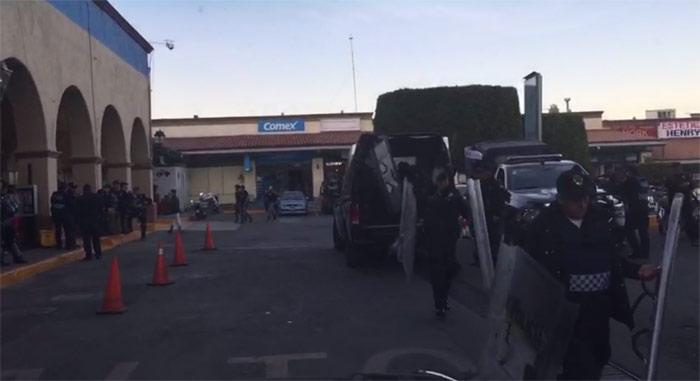 Policías arriban a un centro comercial de la capital mexicana para resguardar. Esto sucedió hoy, al norte. Foto: SinEmbargo