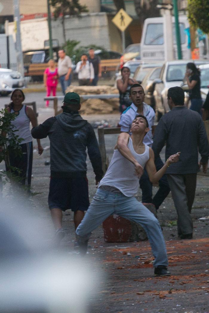 Policías han intentado contener a los grupos que buscan saquear comercios. Foto: Cuartoscuro