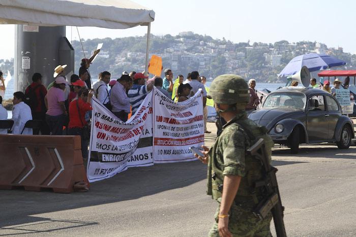 Integrantes de organizaciones sociales, se manifestaron en la costera Miguel Alemán en el puerto turistico de Acapulco en rechazo al aumento de la gasolina. Foto: Cuartoscuro