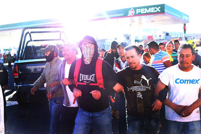En el municipio de Guadalupe, Zacatecas, fueron tomadas tres gasolineras donde intentaron extraer gasolina y repartirla entre los manifestantes y la gente que se acercara a recargar el combustible, situación que no se llevó acabo ya que fueron accionadas las bombas de seguridad para evitar suministrar el hidrocarburo. Foto: Cuartoscuro
